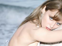 Анн-Джи засне фотосесия с бански на Роберто Кавали