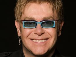 Излагат очилата на известни личности