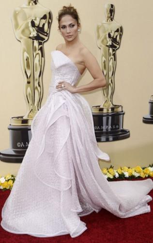 И  Оскар за най-добра рокля, коса, кожа, устни отива при...